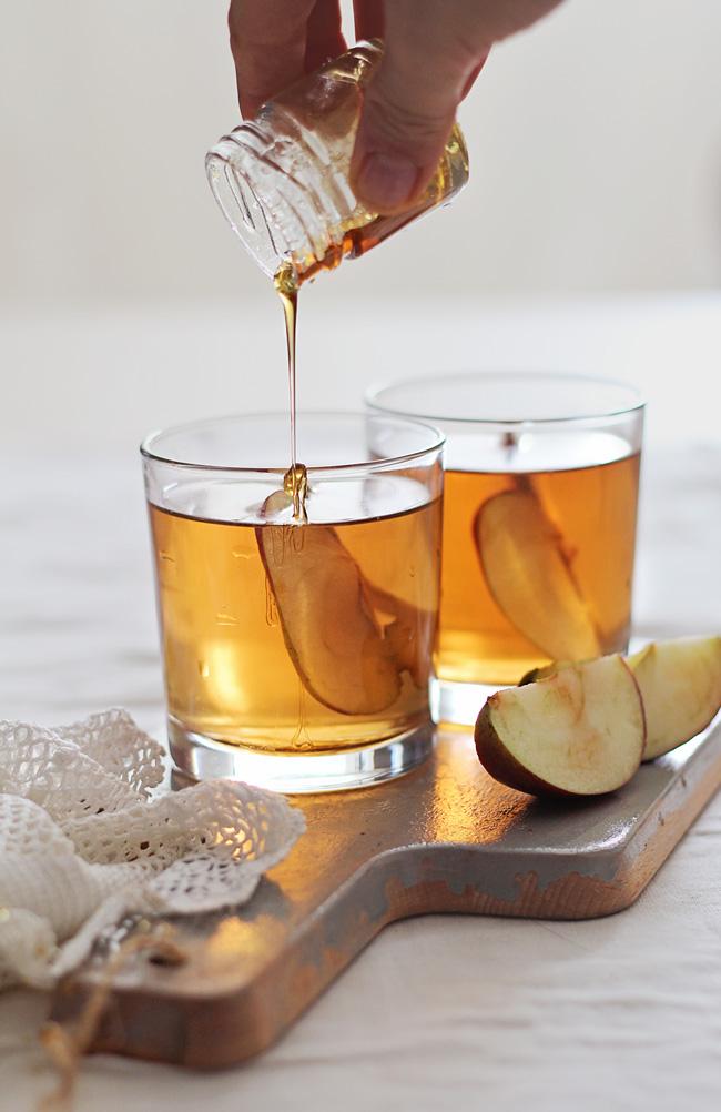 Honey Bourbon Apple Cider Cocktail | Hello Natural | Winter Cocktails