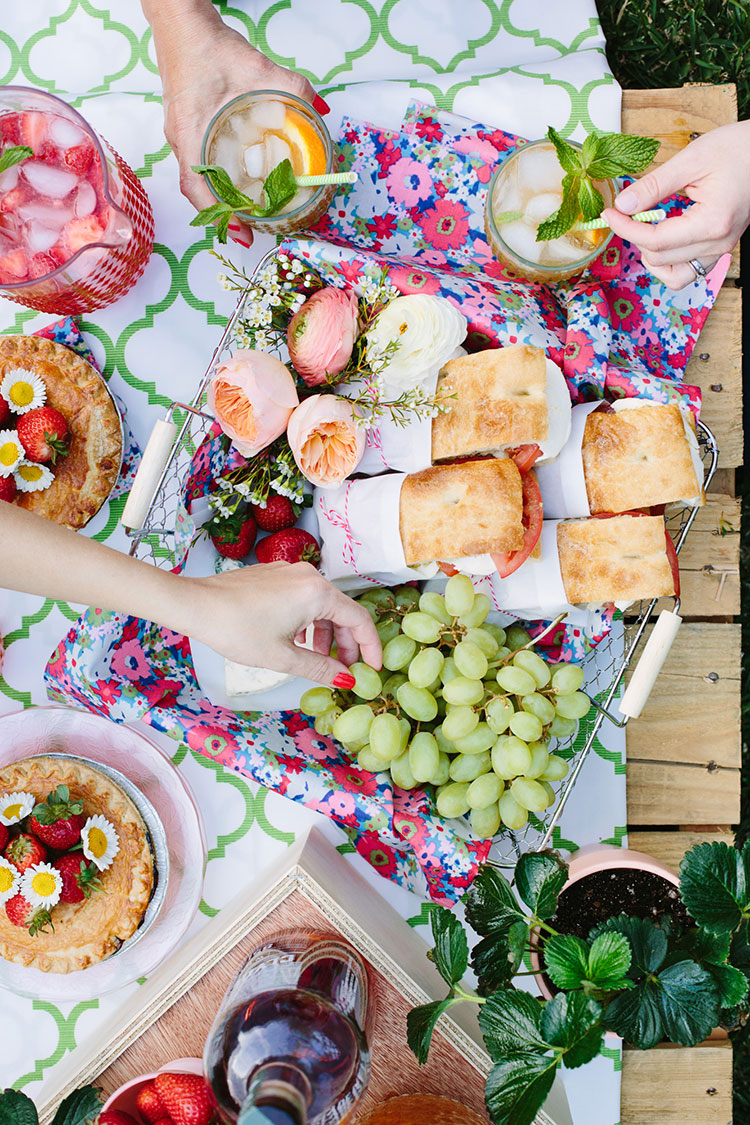 Our Backyard Mother's Day Picnic | Freutcake | Fourth of July Inspiration