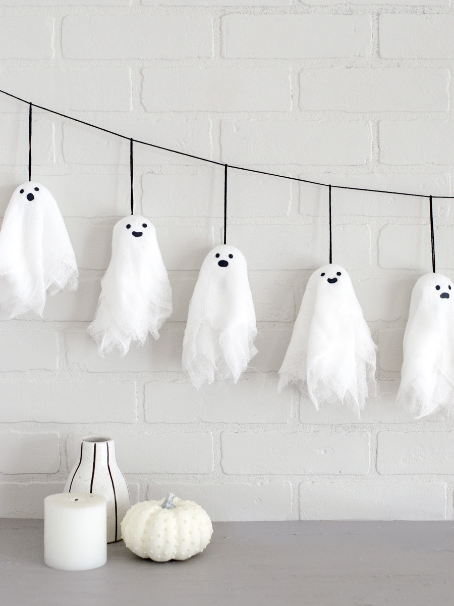 Cute With a Lil' Spook- DIY Mini Ghost Garland | Pinterest Picks - Halloween Decor